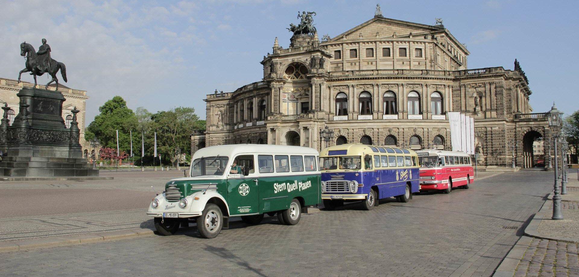 Oldtimerbusse vor der Semper Oper in Dresden