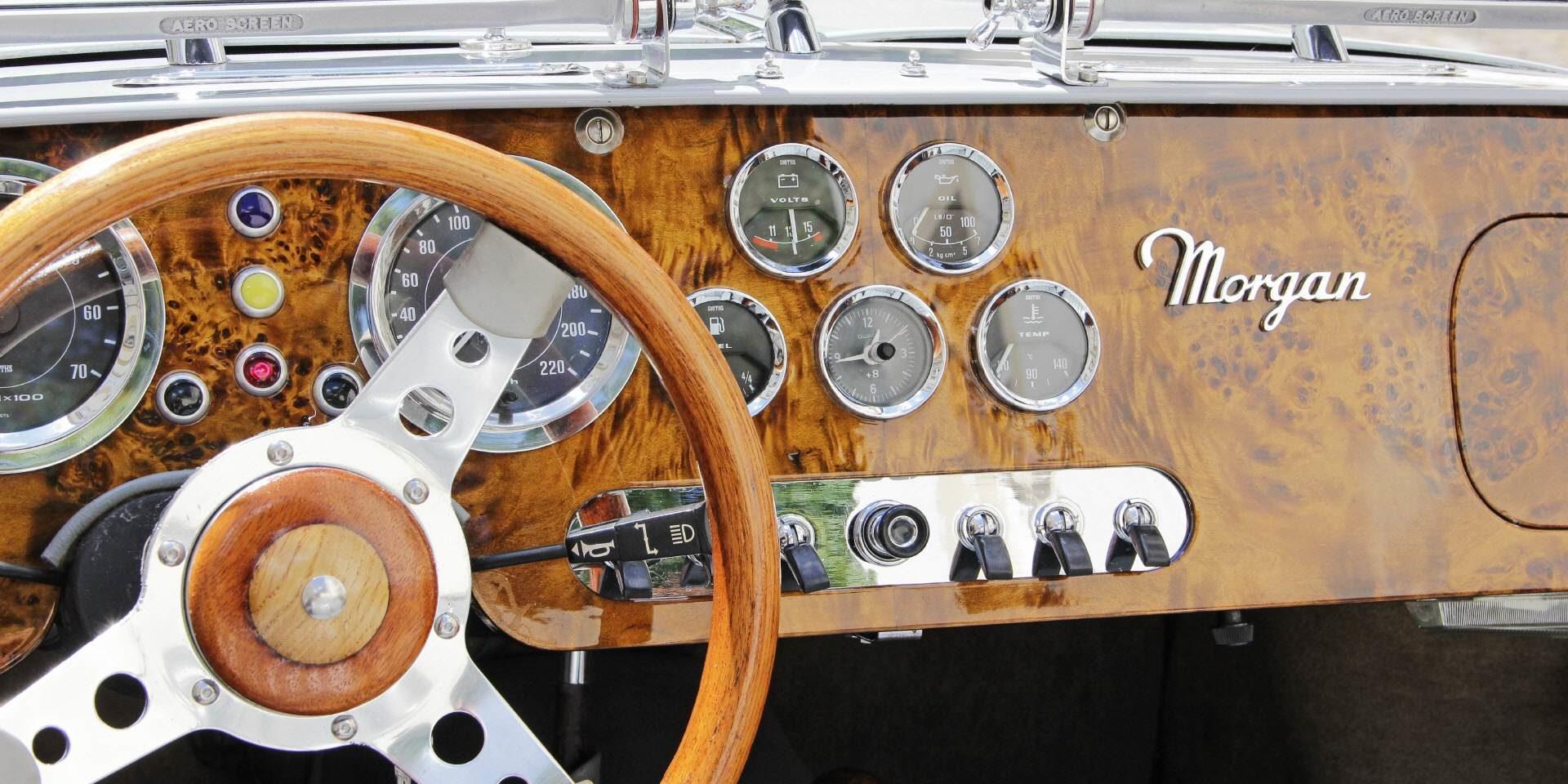 Oldtimer Morgan mit Mahagoniholz-Cockpit