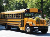 Schulbus mit Blumenschmuck